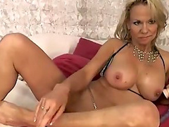 This mom likes to play her ass hole with fake dicks